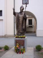 pomnik Jana Pawła II w obejściu Kolegiaty Brzozowskiej